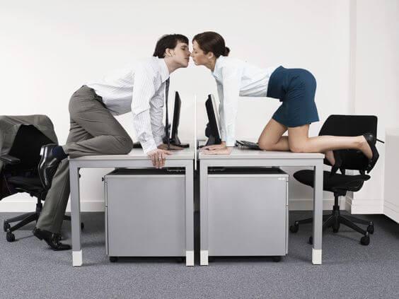 Hacer el amor a escondidas en la oficina.