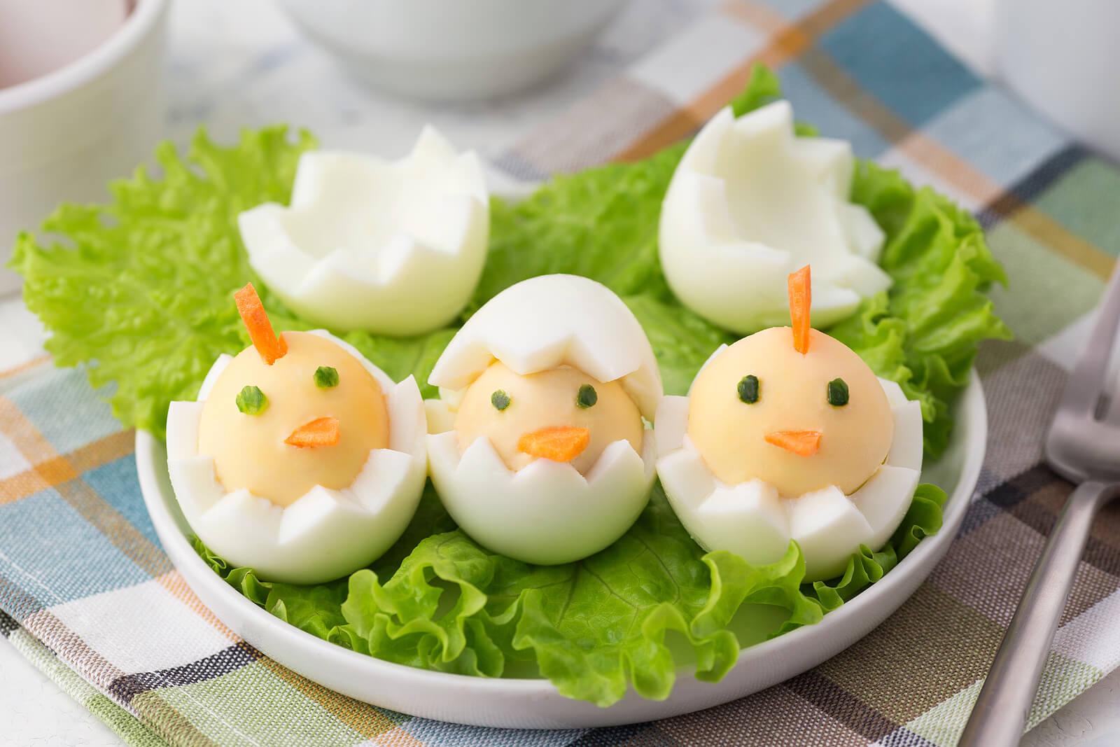Huevos cocidos con forma de pollito.