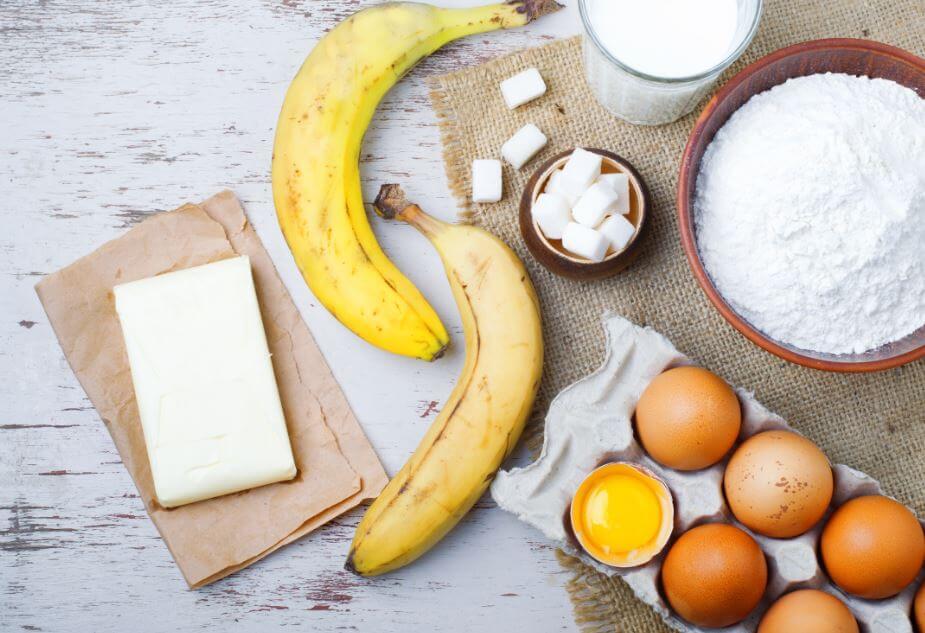 Ingredientes para hacer torta de plátano.