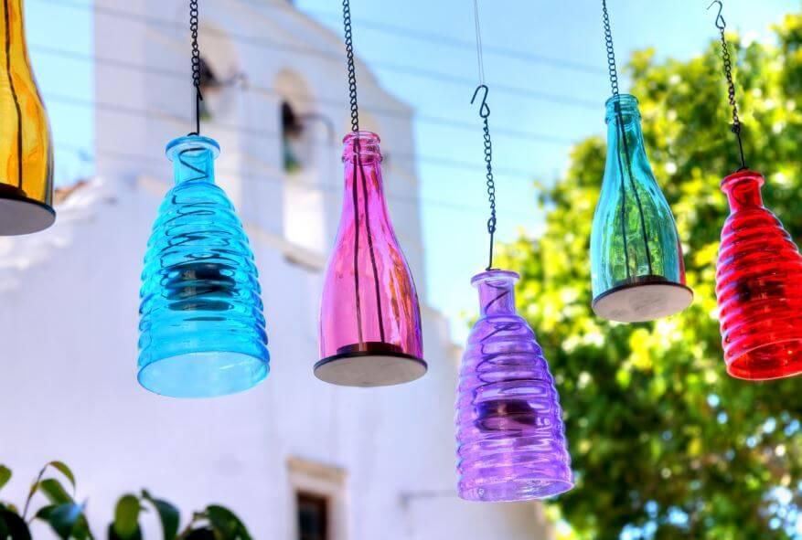 Se pueden hacer lámparas caseras con botellas.