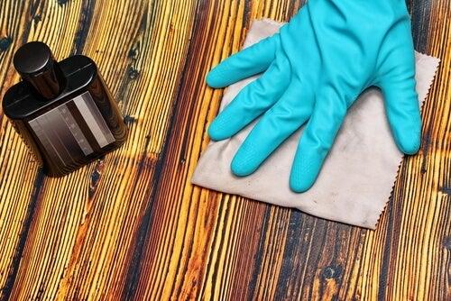 Descubre 5 trucos para disimular los arañazos en la madera
