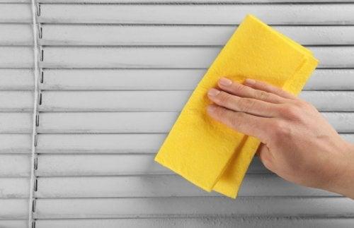 Persona limpiando las persianas