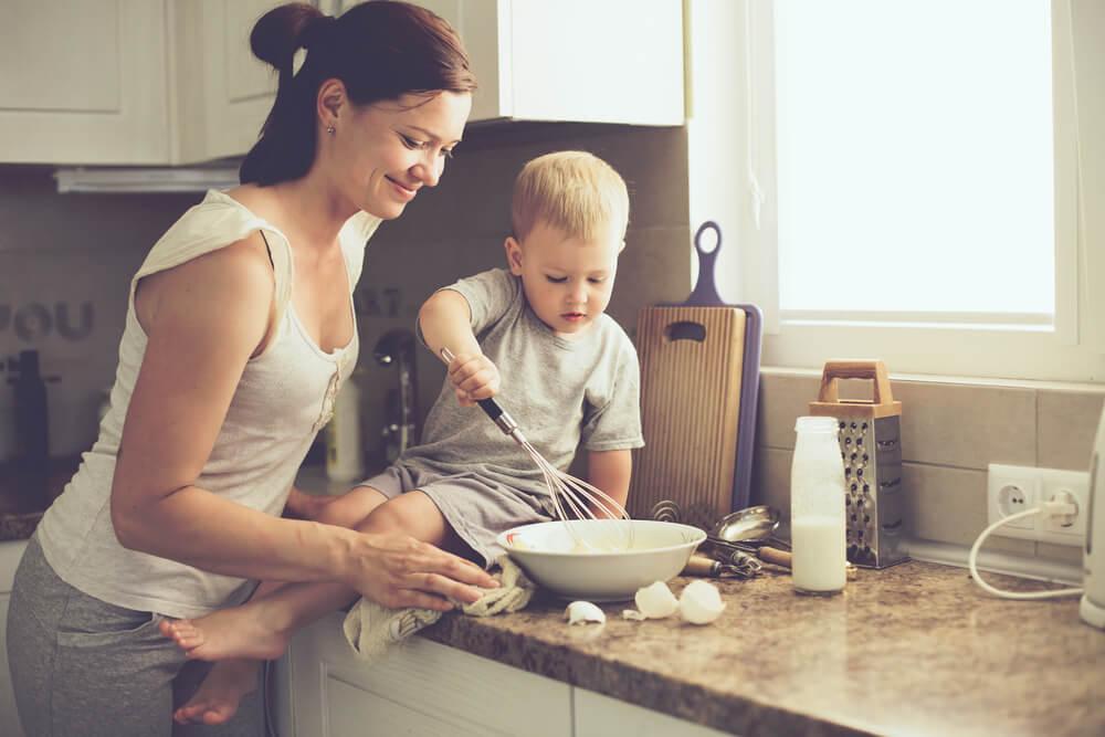 Madre cocinando con su bebé