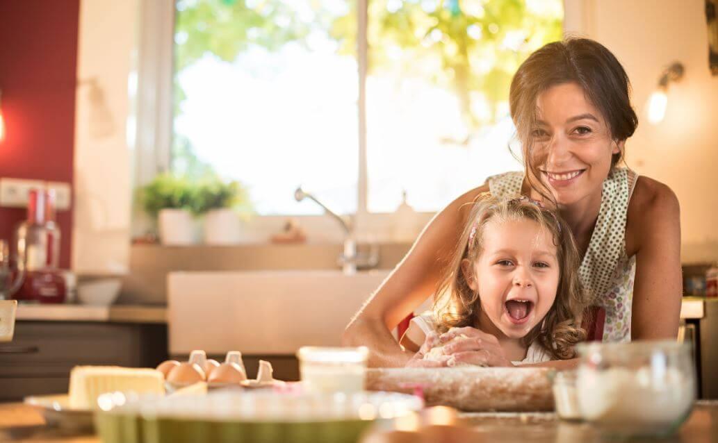 Madre e hija cocinando.