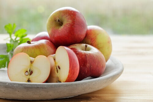 Comer la cáscara de la manzana es bueno.