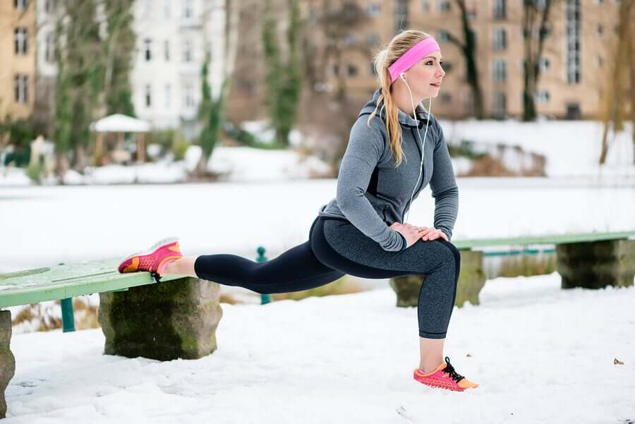 Mujer entrenando en la nieve en invierno.