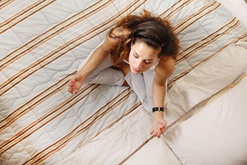 Mujer meditando en la cama