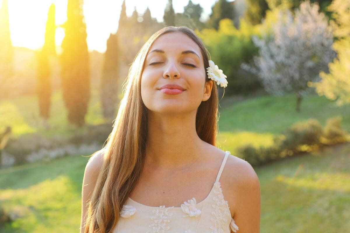 Mujer con los ojos cerrados y una flor en el pelo