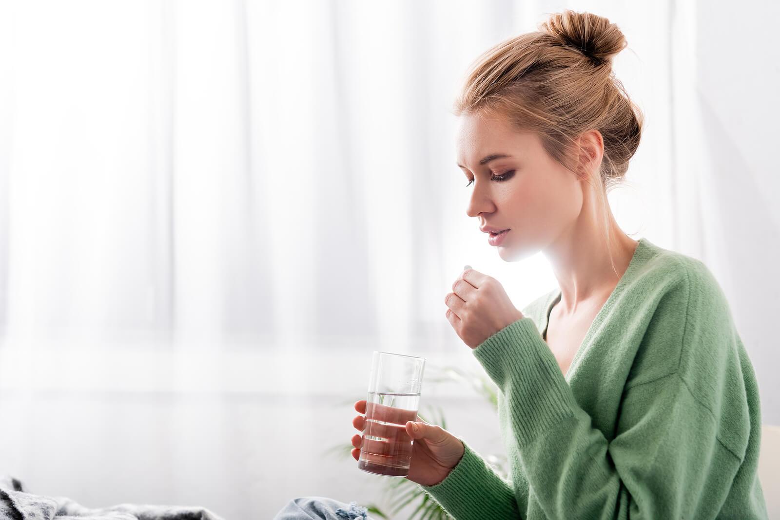 Mujer tomando la píldora del día después