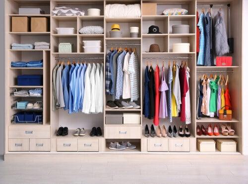 Podemos organizar nuestro armario de diversas maneras.
