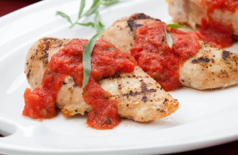 Pechuga de pollo con tomate.