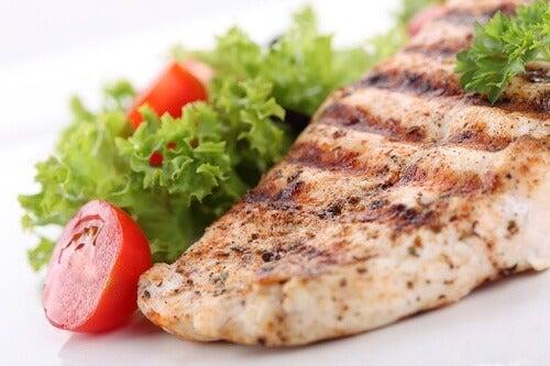 El pescado asado a la plancha es recomendable para las cenas.