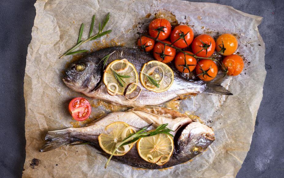 Peixe assado com tomates