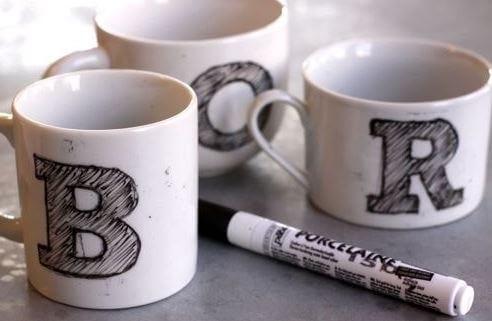 Pintar tazas con rotulador.