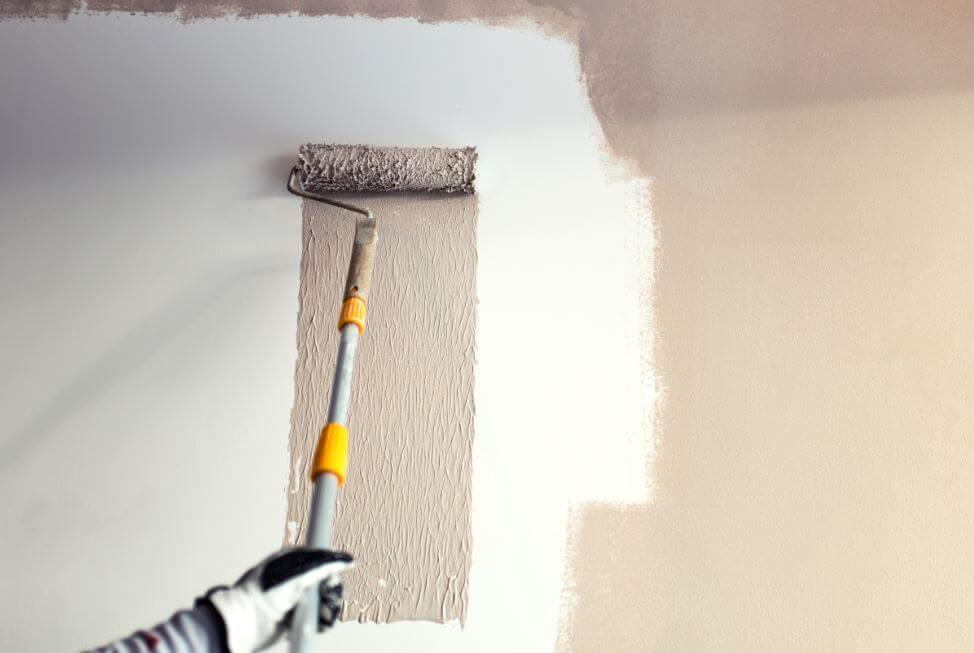 Pintar una casa con rodillo con relieve.