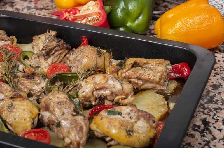 Deliciosa receta de pollo al horno con patatas y zanahorias