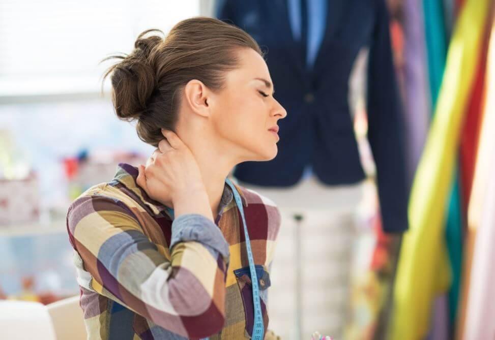 Una postura errónea al girar el cuello genera dolor.