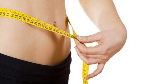 Chica midiéndose la cintura