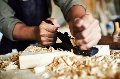 Hombre puliendo madera