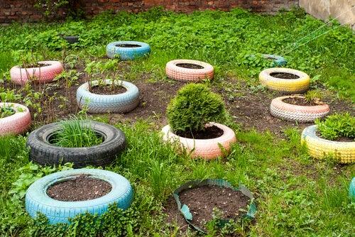 Las ruedas pueden servir para decorar nuestro jardín.