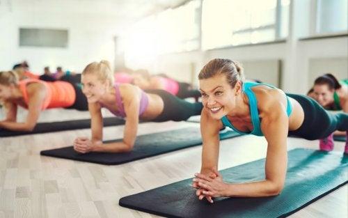Rutina de ejercicios de plank en casa.