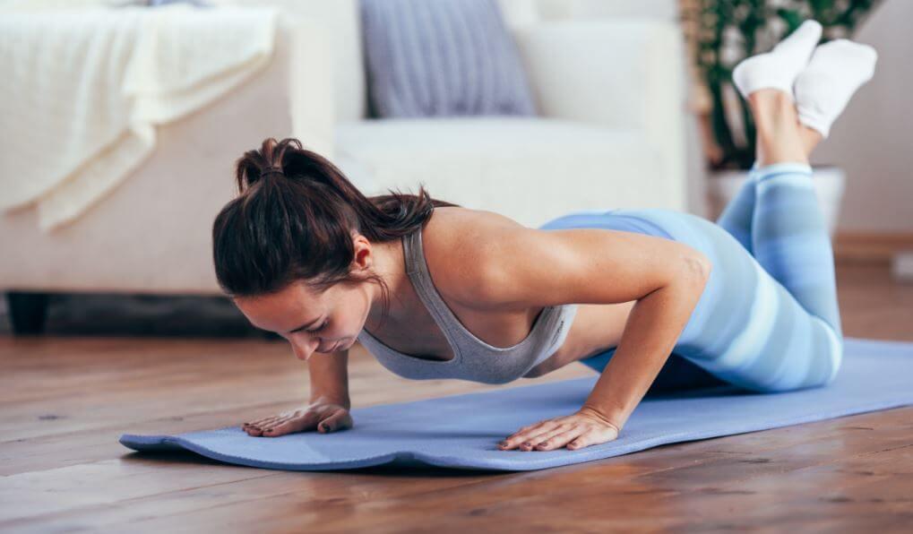 Mujer haciendo ejercicio en colchoneta.