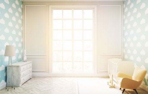 Casa con decoraciones blancas y luminosas