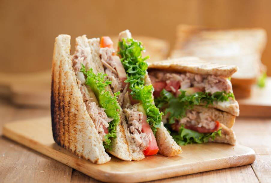 Delicioso sándwich de atún tradicional