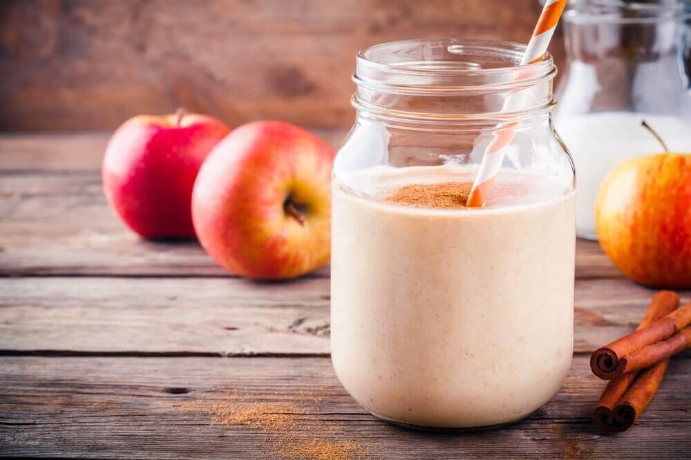 El smoothie de manzana con fibra ayuda al tránsito intestinal.
