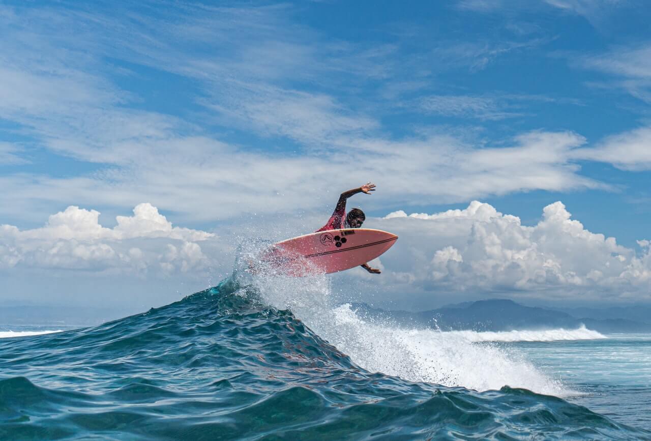 Surf tradicional diferente al paddle surf.