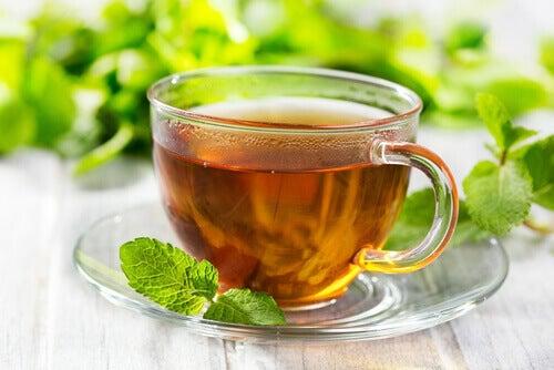 O chá de menta ajuda na digestão.