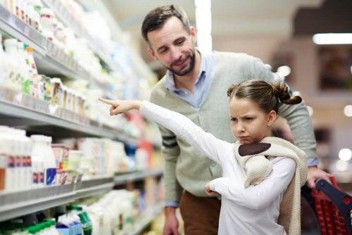 Padre e hija de compras