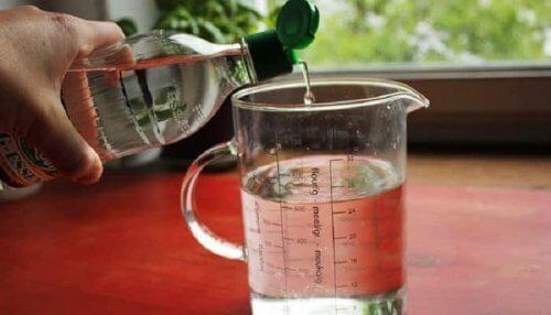 Vinagre blanco para limpiar una mesa de cristal