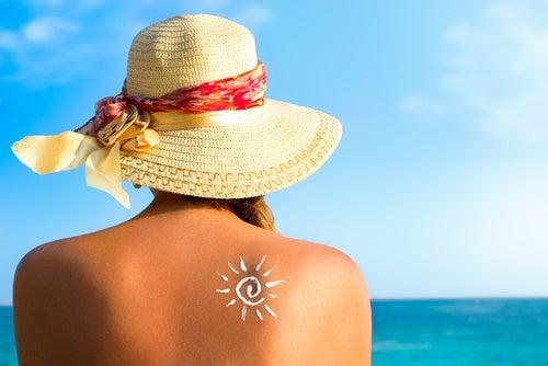Mujer tomando el sol