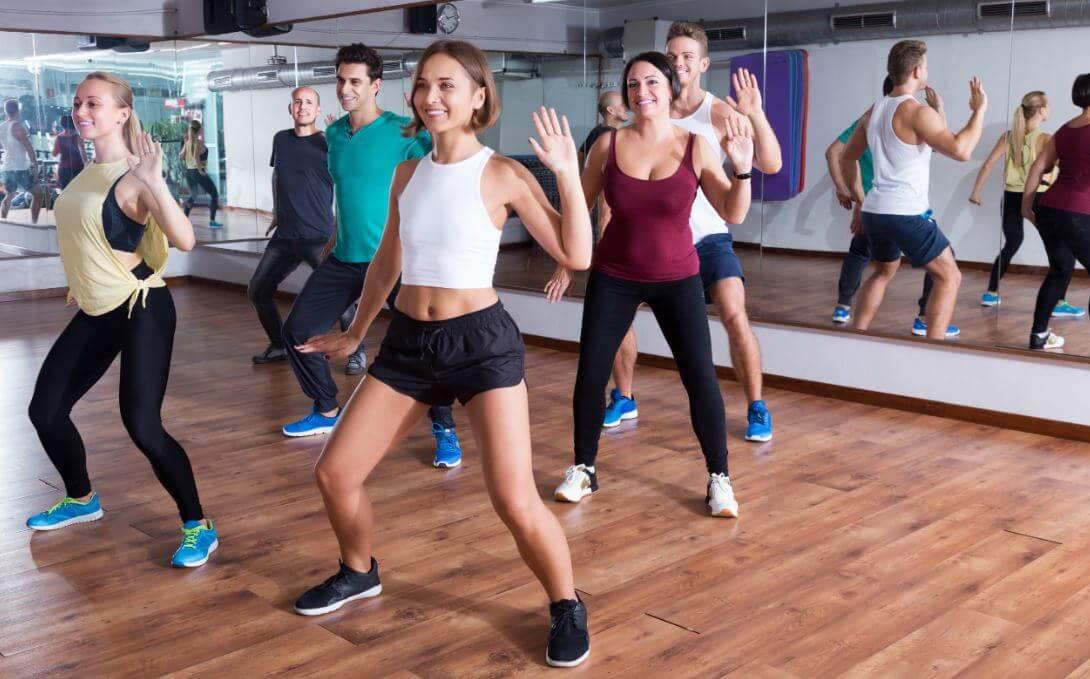 Grupo de pessoas praticando aeróbica