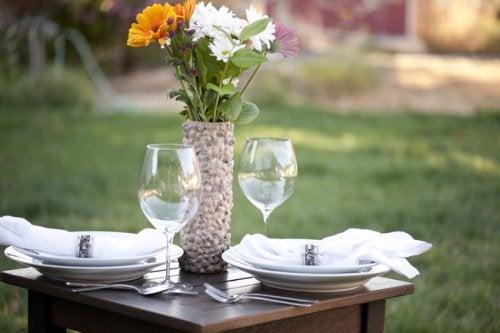 Florero con tubo de cartón sobre una mesa elegante