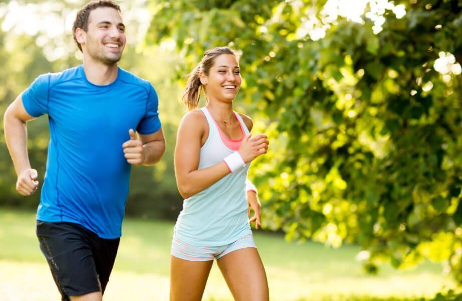 Amigos corriendo al aire libre para despejar los pensamientos negativos.
