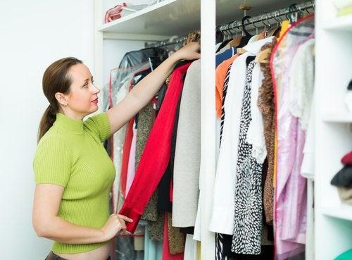 Mujer colocando ropa en el armario