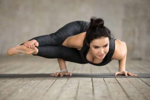 Astavakrasana postura de yoga