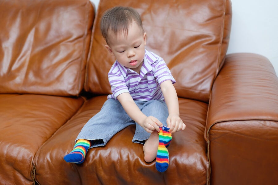 Bebé pone calcetines
