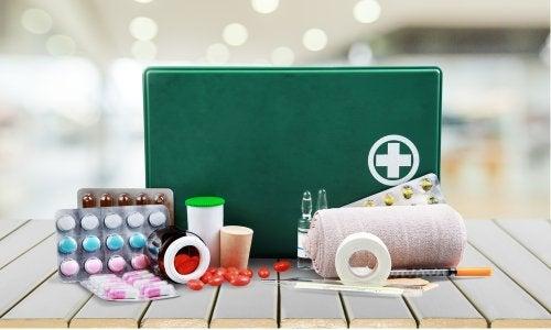 Un botiquín de primeros auxilios con fármacos y vendas.