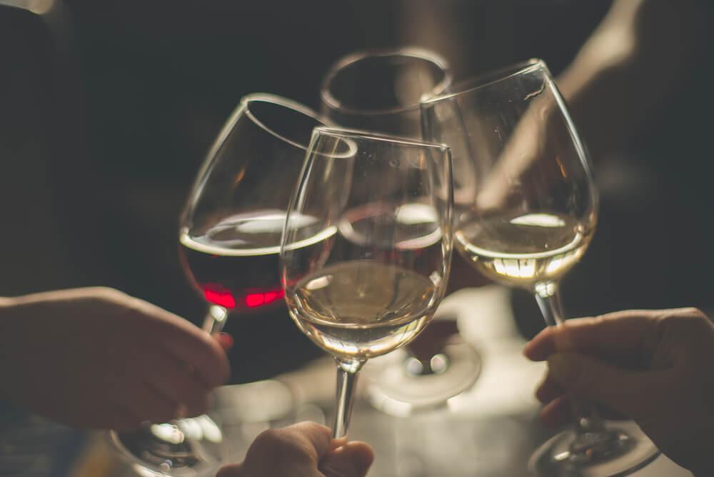 Copas de vino brindando.