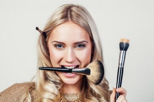 ¿Por qué es necesario lavar a menudo tus brochas de maquillaje?
