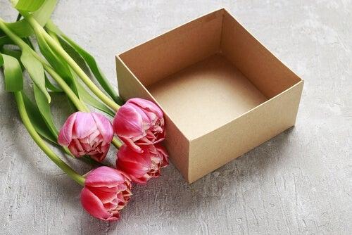 Você pode fazer centros de mesa com papelão e flores
