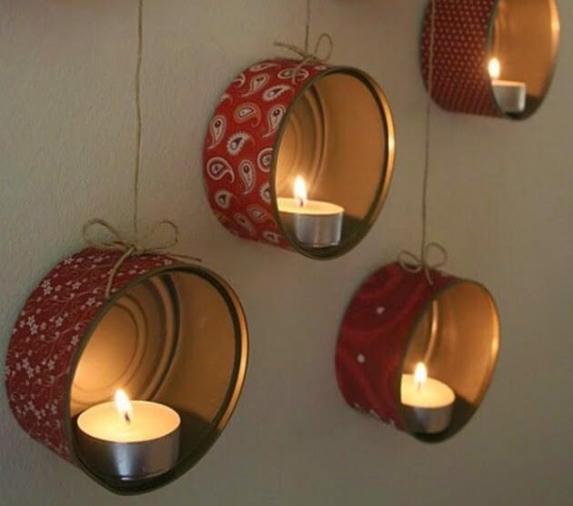 Es posible realizar candelabros con latas viejas.