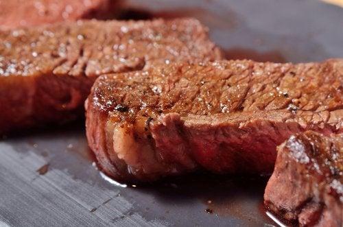 Carne a la plancha reposando.