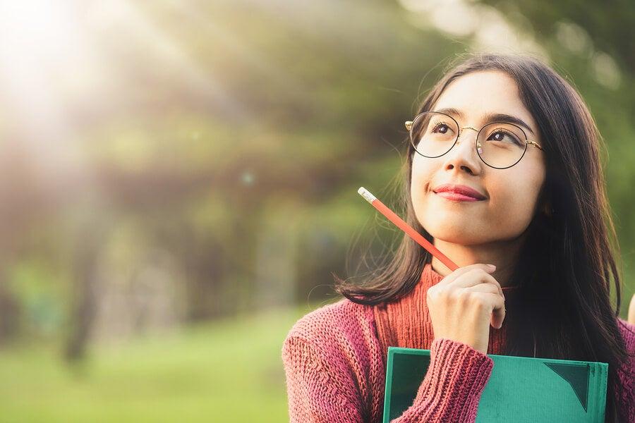 Chica con gafas pensando.
