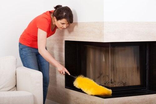 Mujer limpiando el polvo