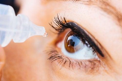 refrescar los ojos irritados