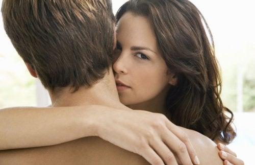 ¿Cómo besar el cuerpo de un hombre?